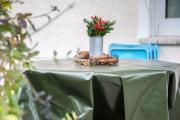 Abdeckplane als Winterschutz für Holztisch